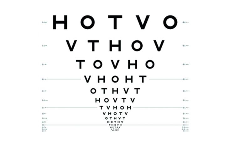 Beim Sehtest beim Optiker werden Kunden gebeten, Buchstaben in verschiedener Größe und Schärfe zu benennen.