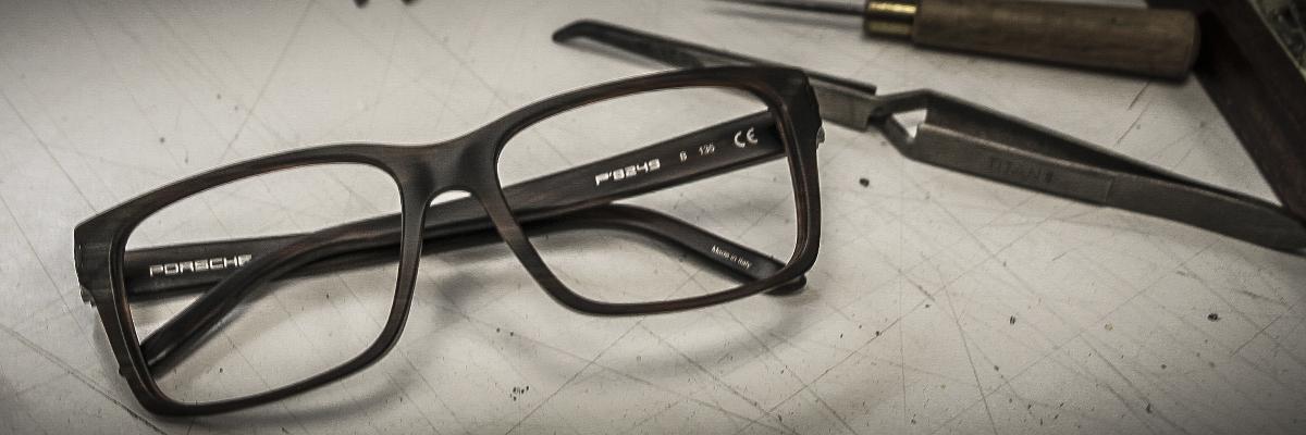 Die Werkstatt von Optik Eckert ist ausgestattet mit hochwertigem Werkzeug, um Brillen anzufertigen und zu reparieren.