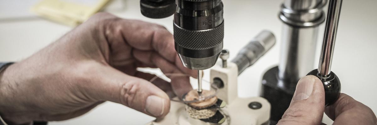 In der Optiker-Werkstatt hat der Bohrer einen festen Platz - für kleinste Löcher in Brillengläsern für filigrane Fassungen.